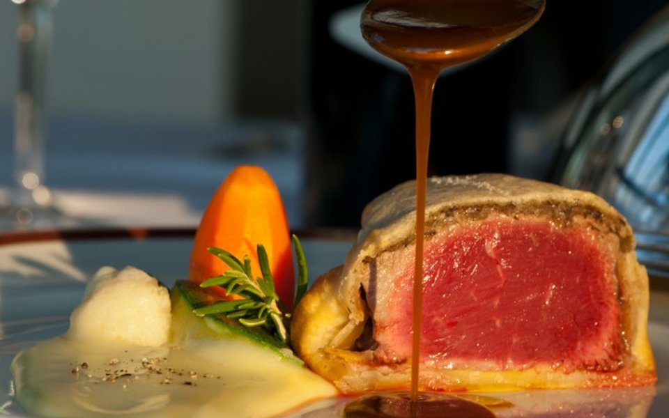"""Formatjada"" of Wellington sirloin with ""gravi"" sauce and creamed potatoes"